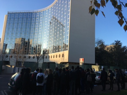devant l'immeuble Niemeyer